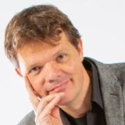 Raymond van Driel heeft een achtergrond in Psychologie, Informatica, Theaterwetenschappen en improvisatietheater